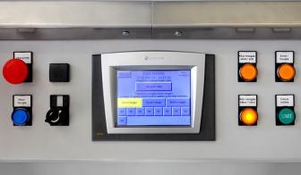 Bedienpult der Gusslecktestmaschine